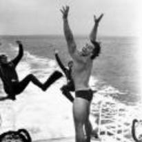 Radnom funny picture tags: black-and-white pushing divers ocean boat