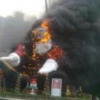 Radnom funny picture tags: giant-santa on-fire christmas ruined burning