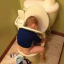 Radnom funny picture tags: kid how-do-i-toilet using-toilet-wrong head-in-seat stuck